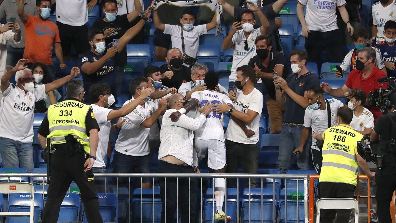 Vinícius Júnior saltó a la grada para celebrar su gol. (Reuters)