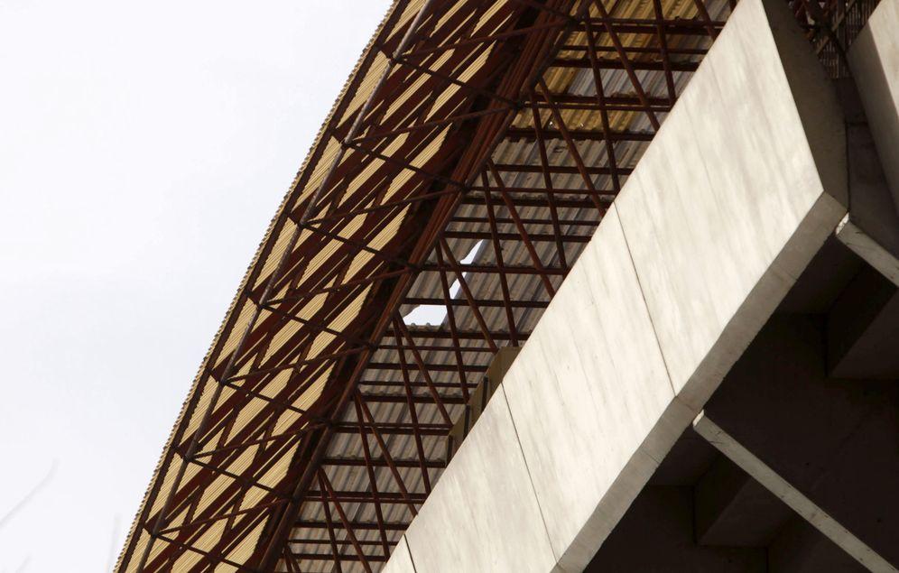Foto: Imagen de una cubierta dañada de Riazor (EFE)