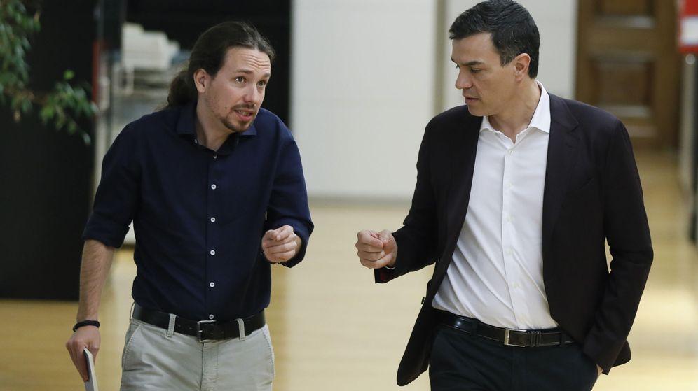 Foto: Pablo Iglesias y Pedro Sánchez, a su entrada a la reunión celebrada entre ambos líderes el pasado miércoles. (EFE)