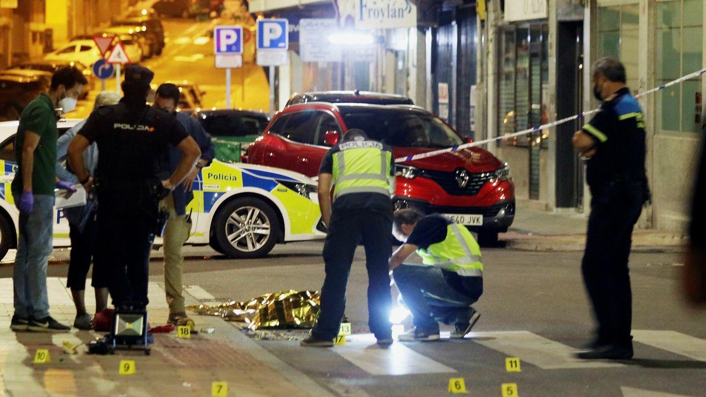 Agentes de diversos cuerpos de Policía, en la escena del crimen. (EFE)