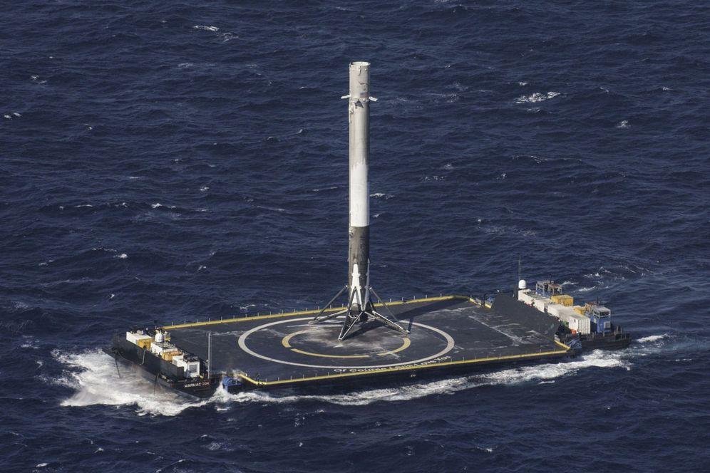 Foto: La primera etapa de un Falcon 9 descansa sobre una barcaza en el Atlántico después de haber aterrizado. (Reuters)