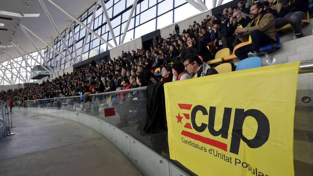 Foto: Vista general de la Asamblea de la CUP que debate el futuro de Artur Mas. (EFE)
