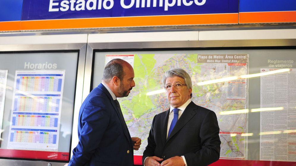 Foto: Enrique Cerezo, junto al consejero de Transporte de la Comunidad de Madrid, Pedro Manuel Rollán Ojeda, en la presentación del cambio de nombre de la estación Estadio Olímpico. (EFE)