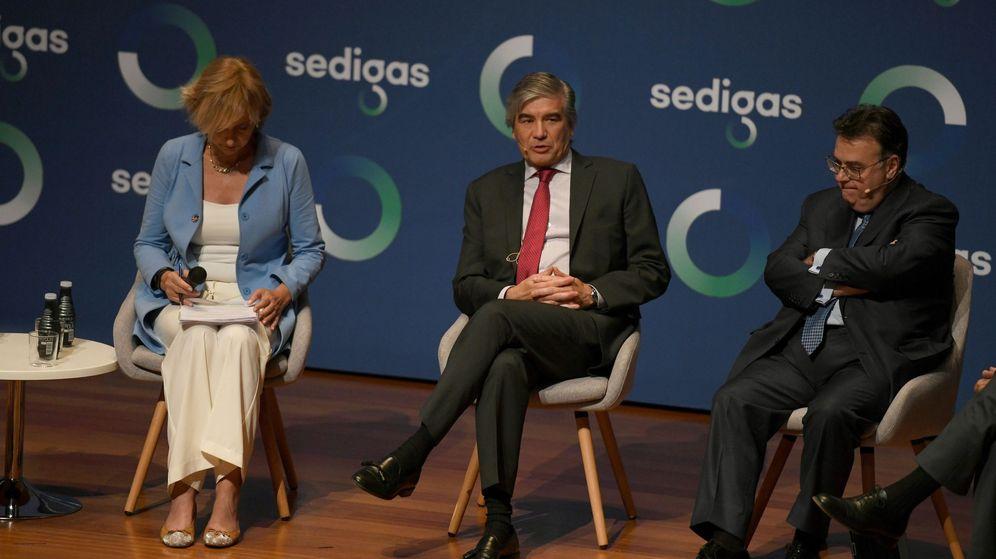 Foto: El presidente de Enagas Antonio Llardén (d) y el de Naturgy, Francisco Reynés durante una mesa dentro de la primera jornada de la reunión anual de la asociación Sedigas. (EFE)