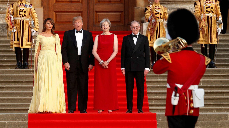 Melania y Donald Trump junto a May y su marido. (Reuters)