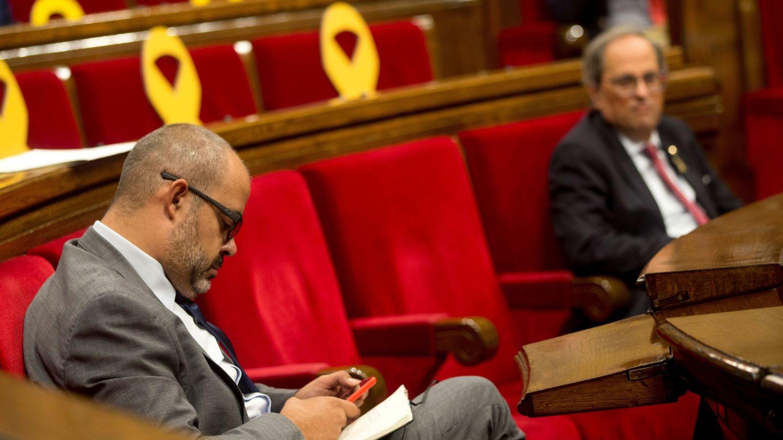 Foto: El conseller de Interior, Miquel Buch, y el president, Quim Torra, al fondo. (EFE)