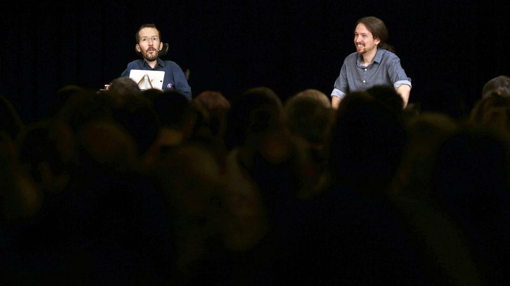 Foto: El líder de Podemos, Pablo Iglesias (d) y el secretario de Organización del partido, Pablo Echenique, durante un encuentro con la militancia. (EFE)