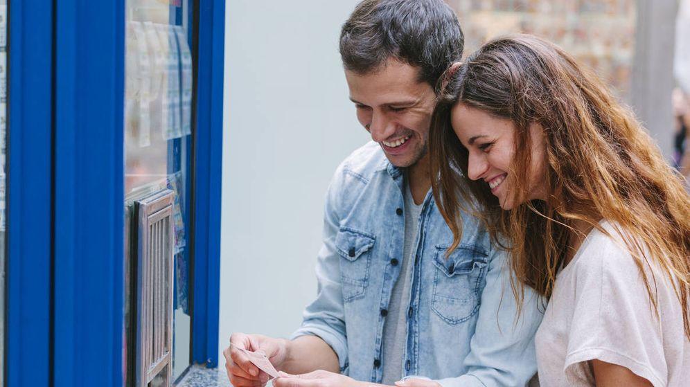 Foto: Una pareja comprando lotería en Barcelona. (iStock)