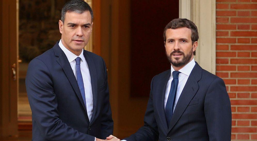 Foto: Pedro Sánchez recibe a Pablo Casado en la Moncloa. (EFE)