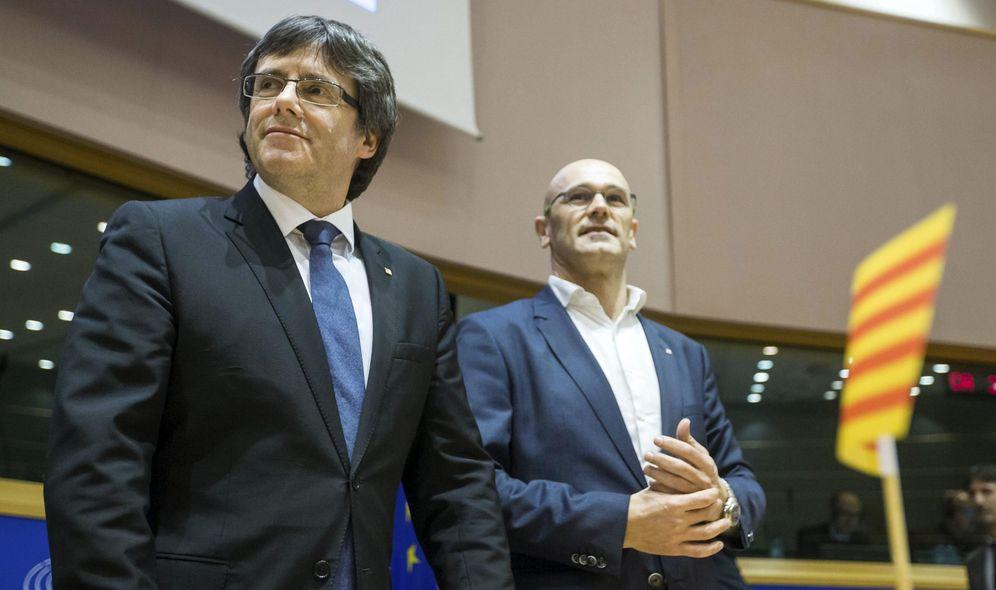 Foto: El presidente, Carles Puigdemont (i), y el 'conseller' de Exteriores, Raül Romeva (d), durante su conferencia en el Parlamento Europeo. (EFE)
