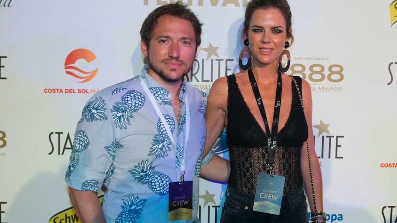 El directivo Manuel Martos y la televisiva Amelia Bono, en la fiesta Vanitatis Style. (Foto: Starlite)