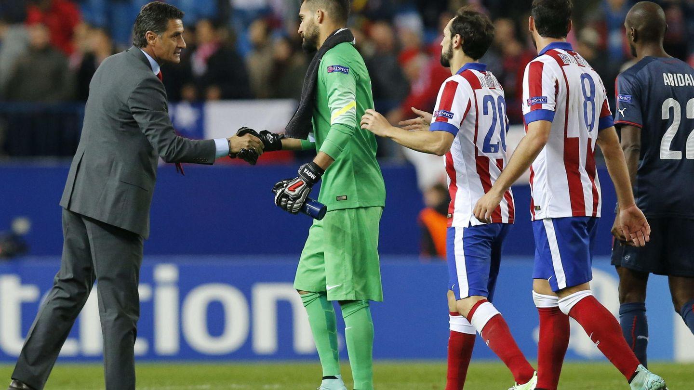 Míchel saluda a los jugadores del Atlético cuando era técnico de Olympiakos.