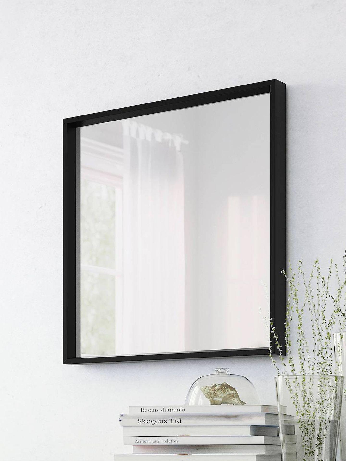 Decora tu dormitorio con espejos, como este Nissedal de Ikea. (Cortesía)