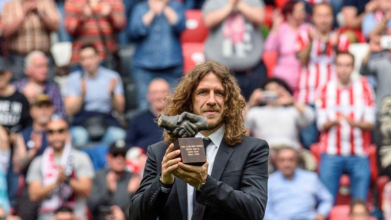 Foto: Puyol recibió el premio en el descanso del Athletic-Betis de manos de Iribar y el jugador más joven de la cantera rojiblanca. (EFE)