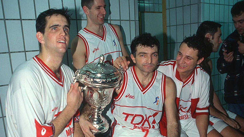 Joan Creus (c) posa con el título de Copa del Rey que ganó con el Manresa en 1996 (ACB Photo)