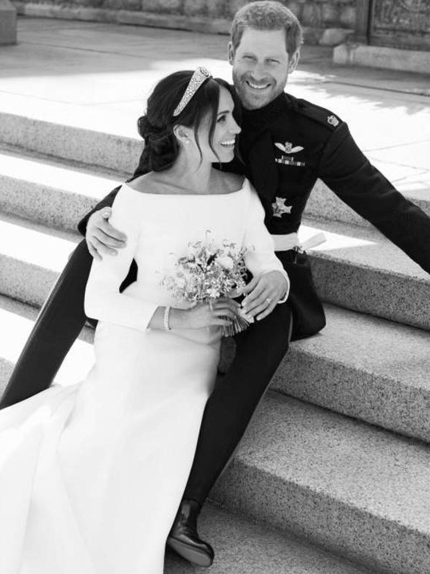Los duques de Sussex posan en las escalinatas del jardín como recién casados. (Alexi Lubomirski)