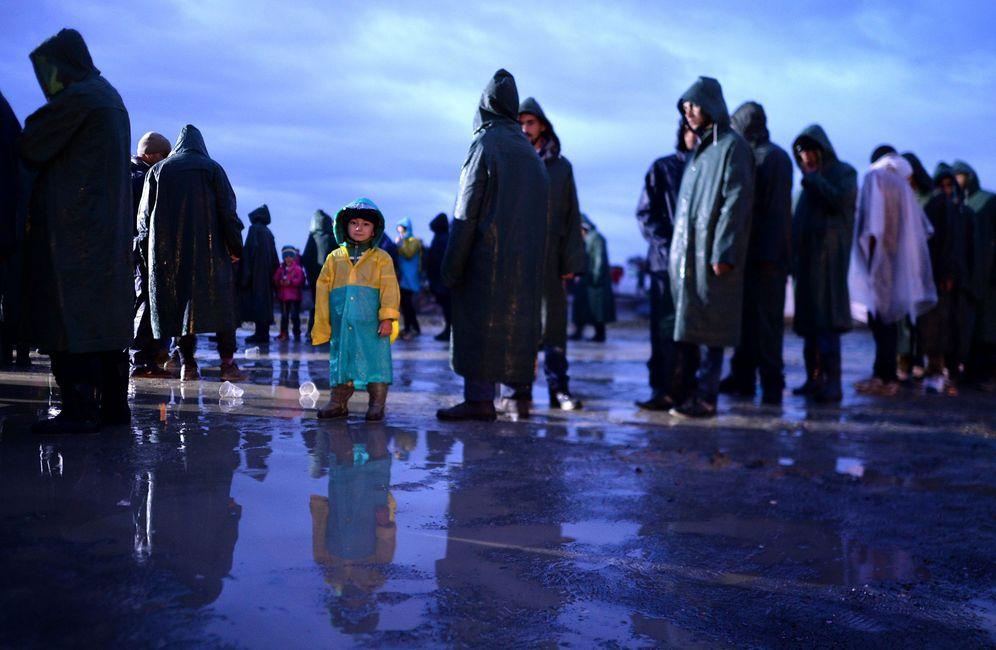 Foto: Refugiados y migrantes hacen colas para recibir comida en Idomeni, en la frontera entre Macedonia y Grecia (Efe).