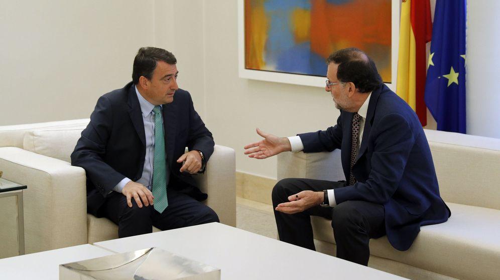 Foto: El presidente del Gobierno, Mariano Rajoy, durante una reunión con el portavoz del PNV, Aitor Esteban. (EFE)