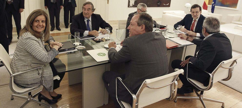 Foto: Báñez y Rajoy con los sindicatos y la patronal. (EFE)