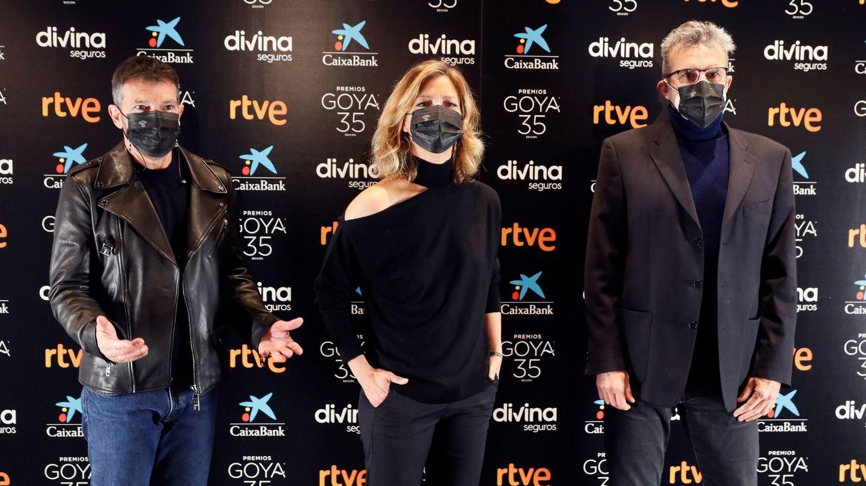 Antonio Banderas, María Casado y el presidente de la Academia de las Artes y las Ciencias Cinematográficas de España, Mariano Barroso. (EFE)