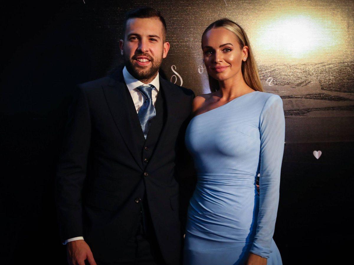 Foto: Jordi Alba, junto a su esposa, Romarey Ventura. (EFE)