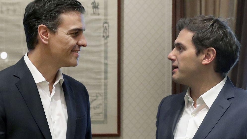 Foto: El secretario general del PSOE, Pedro Sánchez, y el presidente de Ciudadanos, Albert Rivera. (EFE)