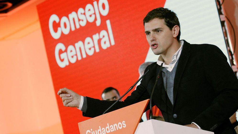 Foto: El presidente de Ciudadanos, Albert Rivera, durante su intervención en el consejo general del partido. (EFE / Víctor Lerena)