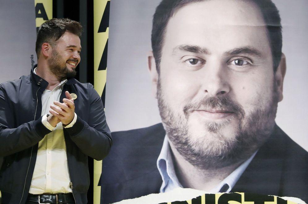 Foto: El cabeza de lista al Congreso por ERC, Gabriel Rufián, junto a una foto del presidente del partido, Oriol Junqueras. (EFE)