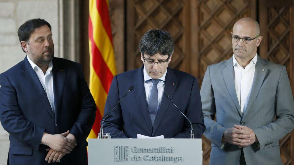 Foto: El presidente de la Generalitat, Carles Puigdemont (c), acompañado por el vicepresidente del Govern, Oriol Junqueras (i), y el 'conseller' de Exteriores, Raül Romeva. (EFE)