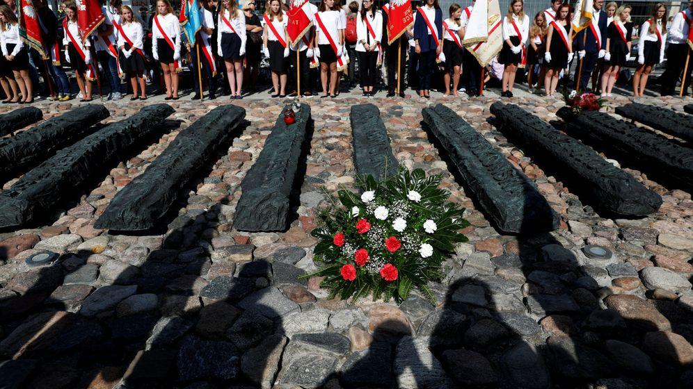 Foto: Delegaciones escolares homenajean a las víctimas de la invasión soviética de Polonia en la IIGM (REUTERS)