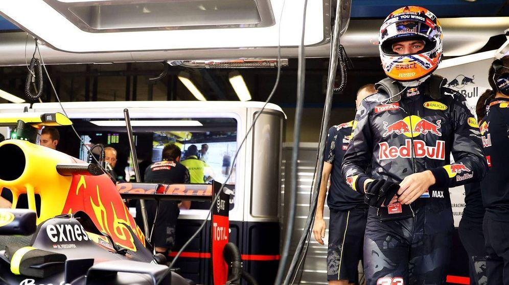 Foto: Max Verstappen en el interior de su box de Red Bull.