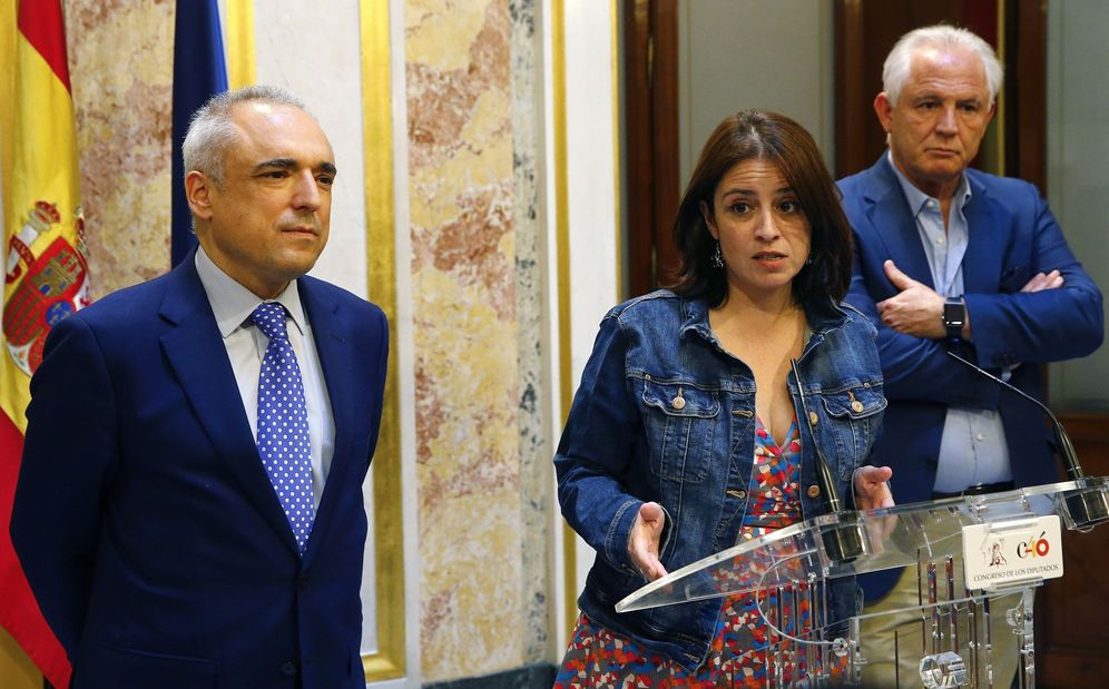 Foto: Adriana Lastra, junto a los diputados socialistas Rafa Simancas y José Miguel Camacho, el pasado 16 de julio. (EFE)
