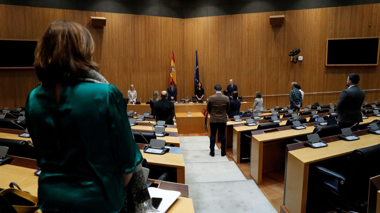 Miembros de la comisión de Sanidad del Congreso guardan este jueves un minuto de silencio por las víctimas del coronavirus. (EFE)