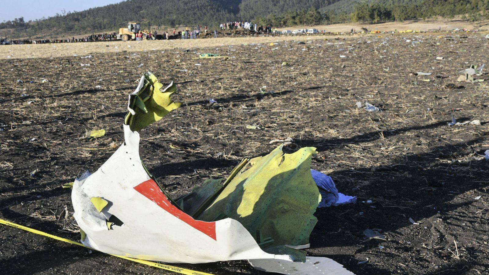 Foto: Un pedazo del Boeing 737 MAX 8 del avión de Ethiopia Airlines en el lugar del accidente. (Reuters)