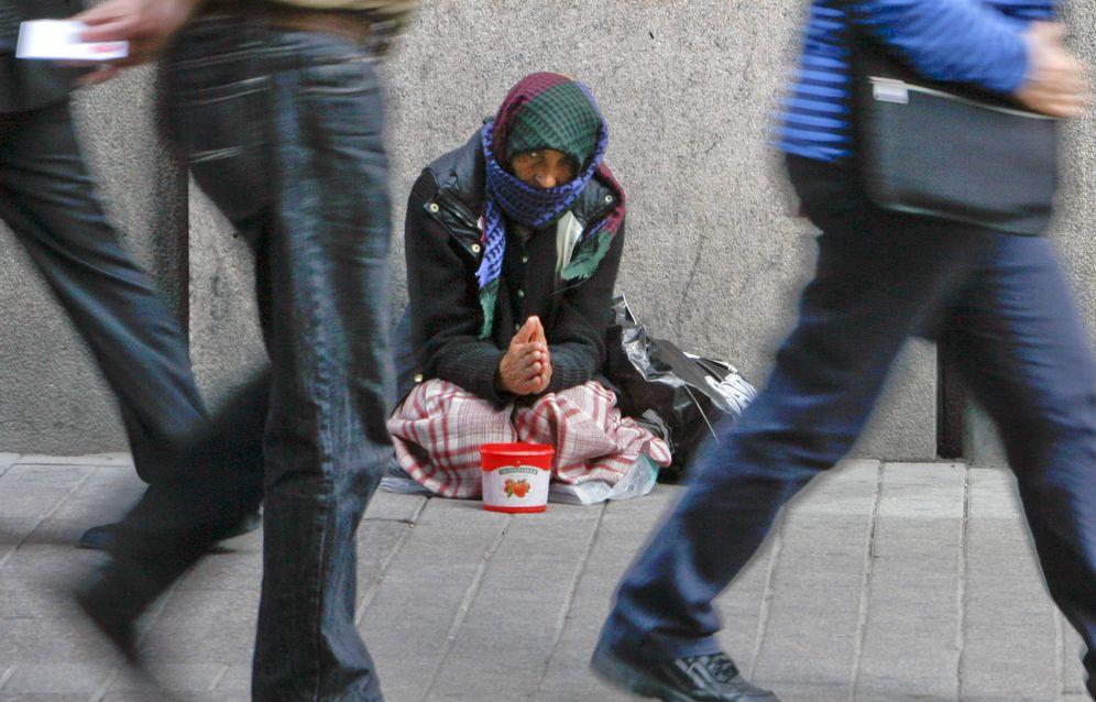 Foto: Una imagen cada vez más difícil de ver: una mujer sin techo mendiga en el centro de Helsinki, en julio de 2008. (Reuters)