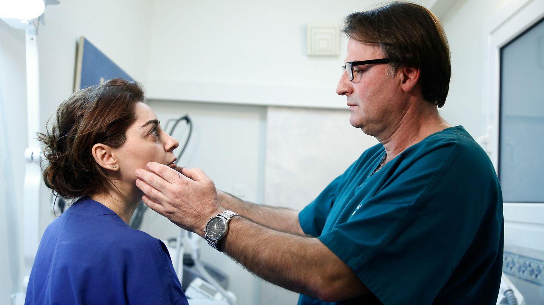 El doctor Stefanos Stathakis, examinando el rostro de una paciente antes de inyectar el bótox. (Reuters)