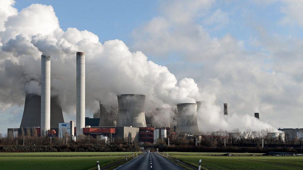 Foto: Chimeneas expulsando vapor en una planta energética de carbón. (EFE)