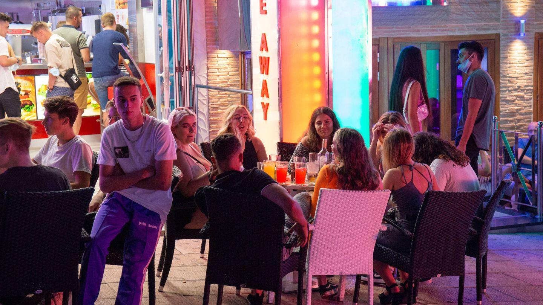 Turistas británicos, sentados en los pocos bares abiertos en Punta Ballena. (D. B.)