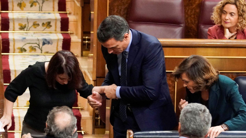 Adriana Lastra, en el momento del tropiezo. (EFE)