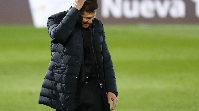 Simeone, con gesto preocupado, en el derbi. (EFE)