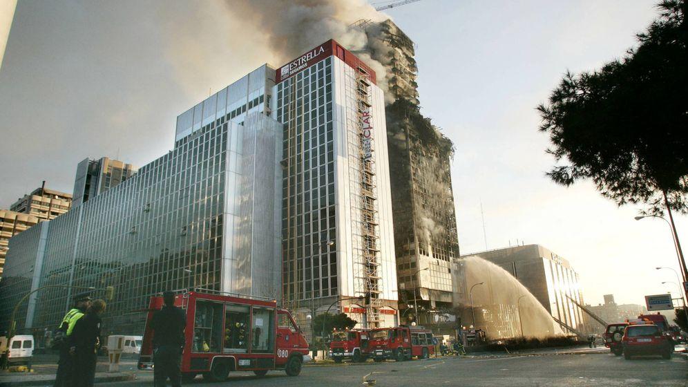 Foto: Imagen del edificio Windsor ardiendo. (Reuters)