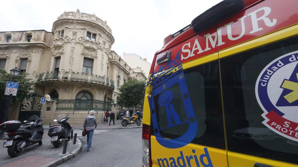 Foto: El SAMUR trasladó al herido hasta el hospital, donde ha fallecido (EFE/Fernando Alvarado)