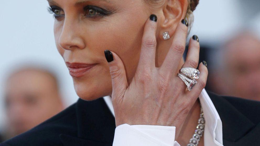 Critican a Charlize Theron por vestir a su hijo de princesa Disney