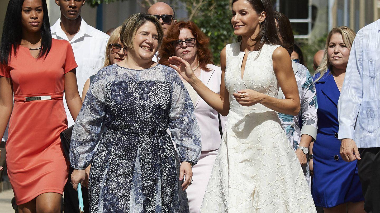La Reina con la primera dama por las calles de La Habana. (Getty)