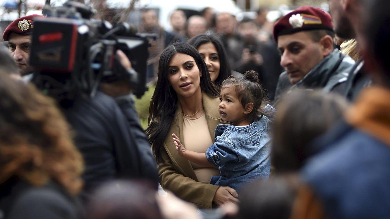 Foto: La 'socialite' Kim Kardashian junto a su hija North West durante su visita a Armenia el pasado día 8 (Retuers)