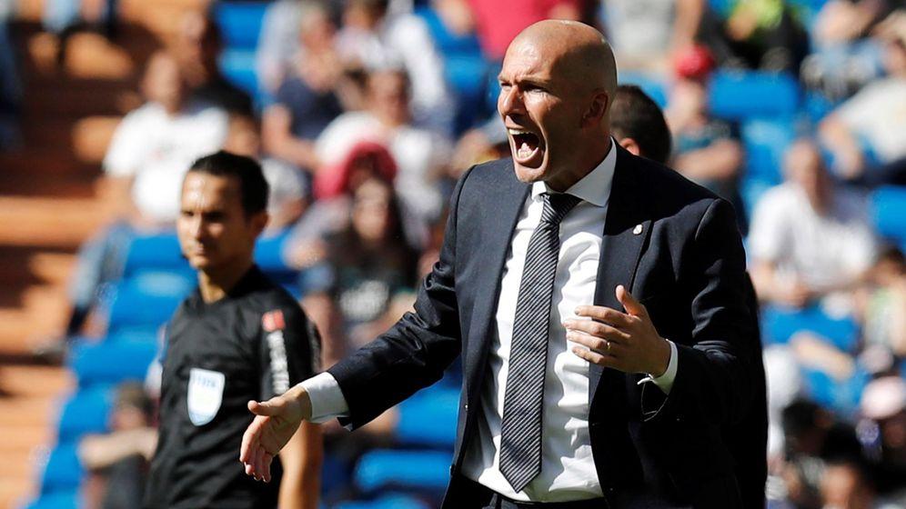 Foto: Zidane, a gritos, durante el partido entre el Real Madrid y el Villarreal en el Bernabéu. (Efe)