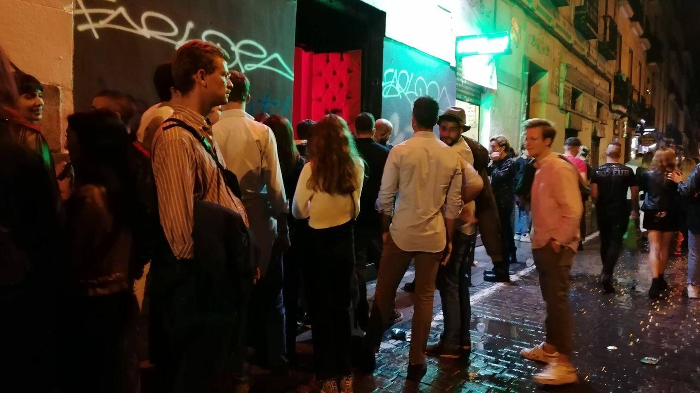 Varios jóvenes, a las puertas de un local de ocio nocturno en Madrid.