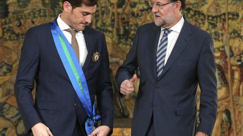 Rajoy condecora a Casillas, uno de los deportistas más queridos de España