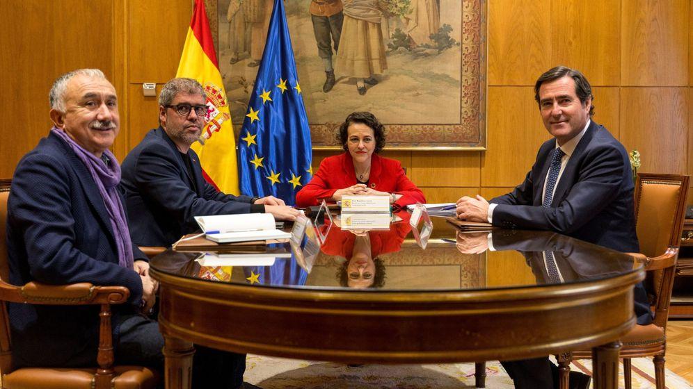 Foto: La ministra de Trabajo, Magdalena Valerio (2d), junto a los secretarios generales de los sindicatos UGT y CCOO, Pepe Alvárez (i) y Unai Sordo (2i), y el presidente de CEOE-Cepyme, Antonio Garamendi (d). (EFE)