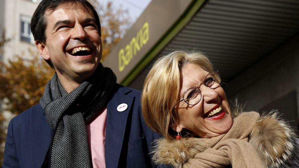 Foto: Los exlíderes de UPyD, Andrés Herzog y Rosa Díez, ante una sucursal de Bankia. (Efe)